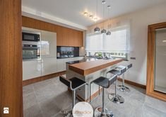 Duża kuchnia, styl nowoczesny - zdjęcie od Zirador - Meble tworzone z pasją Table, Furniture, Kitchen Designs, Home Decor, Kitchens, Decoration Home, Room Decor, Cuisine Design, Tables