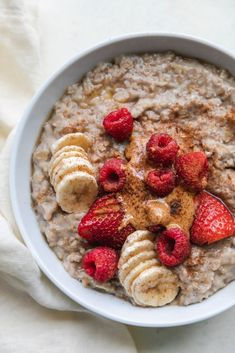 Banana and Egg White Stovetop Oatmeal Post Workout Breakfast, High Protein Breakfast, Post Workout Food, Breakfast Smoothies, Oatmeal Toppings, Oatmeal Recipes, Porridge Toppings, Healthy Snacks, Healthy Recipes