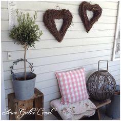 Venter på deilige dager #hjerter#hearts#oliventre#zink#lykt#pledd#blanket#pute#pillow#ikea#gammelkasse#trekasse#krakk#april#uteplass#boligplussuteplass
