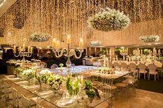 A decoração de casamento contemporânea assinada pela 1-18 Project teve flores em verde e branco e muito brilho, com luzinhas e cristal!