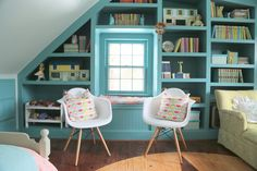 Benjamin Moore Azure Water (oil based) coated the bookcases, while Benjamin Moore Palladian Blue was rolled with perfection on the walls and ceiling of the storybook room.