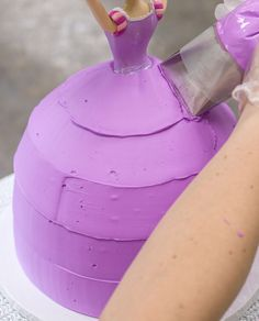 Cake Icer Tip #790 makes it super easy to base ice a doll cake. #quicktips #cakedecorating