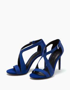 Sandalia tacón fino cruzada. Descubre ésta y muchas otras prendas en Bershka con nuevos productos cada semana