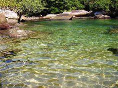 Piscinas naturais na Praia do Cachadaço, na Ilha Grande, em Angra dos Reis, estado do Rio de Janeiro, Brasil. Fotografia: Fernando Mendes no Flickr.