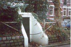 Direct aan het begin van de Schiebroekselaan is tegenover nummer 8 in de middenberm een schuilkelder te zien. Schuilkelders werden eind jaren '30 en tijdens de Tweede Wereldoorlog gebouwd om de bevolking bij oorlogsdreiging een veilig onderkomen te bieden. Tijdens het Duitse bombardement van 14 mei 1940 bleken er echter onvoldoende te zijn om alle bewoners tegen de bombardementen te beschermen. De meeste schuilkelders werden na de oorlog gesloopt. Dit exemplaar aan de Schiebroekselaan is één…