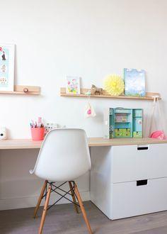 Bureau enfant // Kids room with ikea storage .réalisation Peek It Magazine Ikea Stuva, Childrens Desk, Deco Kids, Ikea Desk, Ikea Drawers, White Drawers, Kids Study, Kid Spaces, Girl Room