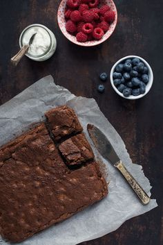 Glutenfri brownie | Nem og lækker opskrift på chokoladekage Keto Brownies, Low Fodmap, Butcher Block Cutting Board, Vegan Desserts, Paleo, Gluten Free, Baking, Sweet, Celiac