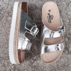 Las #Sandalias con plataforma Yokono son un it para tus mejores looks estivales! Me las llevo! I Love My Shoes, Kinds Of Shoes, Dream Shoes, Pretty Shoes, New Shoes, Me Too Shoes, Office Outfits Women Casual, Casual Shoes, Types Of Sandals