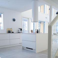 Valkoinen Puustelli keittiö / kök. Scandinavian Home, White Houses, Minimalism, New Homes, Life, Instagram, Design, Home Decor, White Homes