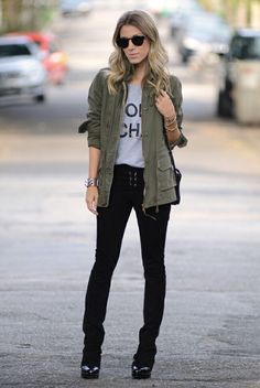 Military green jacket, grey t-shirt, black skinny jeans & booties Style Casual, Casual Looks, Casual Outfits, Ny Style, Look Fashion, Autumn Fashion, Fashion Outfits, Winter Looks, Parka Outfit
