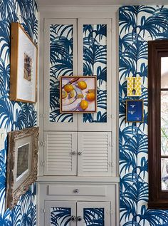 Papering built-in doors visually integrates them into the walls so that they all but disappear. A small oil painting, cleverly hung from the cupboard doorknobs, completes the camouflaged effect and is a cinch to remove. Print Wallpaper, Fabric Wallpaper, Palm Wallpaper, Wallpaper Ideas, Interior Inspiration, Design Inspiration, Kitchen Inspiration, Interior Ideas, Best Smelling Candles