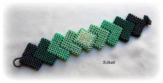 Beadwoven green seed bead Right Angle Weave cuff por Szikati