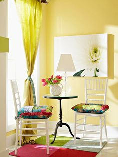 Love the colors! and the white chairs!