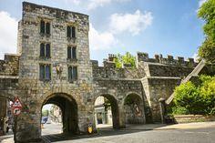York  W średniowiecznych budowlach miasta przeplatają się ślady rzymian i wikingów. York położone jest w północnej Anglii w hrabstwie ceremonialnym North Yorkshire. Wokół centrum stoją mury wybudowane w 1220 za panowania Henryka III. Legenda głosi, że z każdego miejsca muru zobaczymy przynajmniej jeden pub oraz jeden kościół.