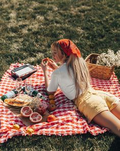 Taking a work-break to get some sunshine and fresh air ☀️ this little set up feels healing 🍒🌸🤗 HAPPY WEDNESDAY! Fall Picnic, Picnic Date, Beach Picnic, Summer Picnic, Picnic Photography, Photography Poses, Picnic Photo Shoot, Picnic Pictures, Debut Photoshoot