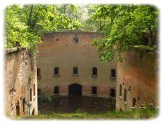 fort 6 wilrijk: Fort 6 is een fort gelegen te Wilrijk en onderdeel van de Brialmontgordel. Er werd in 1859 aangevangen met de bouw en het werd voltooid in 1864. De gebouwen zijn eigendom van de Universiteit Antwerpen en worden tegenwoordig gebruikt door enkele studentenverenigingen.