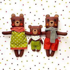 Kismackónak persze családja is van. A róluk szóló mese honlapunk mesetárában vár benneteket. Kattintható link a névjegynél. Of course my tiny teddy has a loving family. . . . #MiaszoszTextiljatekFacebook #MiaszöszMesék #MiaszoszEsIroCimborak #miaszösz #handmadedoll #kidtoys #handmadetoys #teddy #teddybear #heirloomdoll #mik
