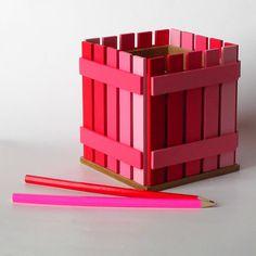 Pastelníkovník - tužkovník - červený Originální dřevěný pastelníkovníkzdobený nalepeným malým plotem. Natřeno barvou zdravotně nazávadnou. Plot je ruční výroba, nestejná výška jednotlivých dřevíček je záměrem. Velikost:12,5 x 11,5 x 11,5 cm