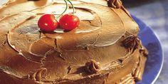 Aprenda a fazer essa receita de bolo de chocolate feito no liquidificador, fácil de fazer delicioso de comer e que tem cara de bolo de festa!