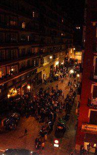An Silvester tummeln sich in Bilbao die Partygruppen auf der Straße