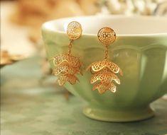 Saved by radha reddy garisa Jhumka Designs, Gold Earrings Designs, Gold Jewellery Design, Necklace Designs, Simple Earrings, Cute Earrings, Coral Jewelry, Bridal Jewelry, Antique Earrings