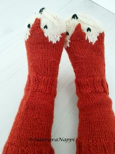 kirjoneulesukat lapselle, kettusukat, villasukat, kirjoneule Knitting Patterns Free, Free Knitting, Baby Knitting, Baby Lernen, Fox Socks, Knitting Socks, Knitting Projects, Kids And Parenting, Fingerless Gloves