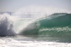 """Um surfista pegando a famosa onda """"supertubo"""" de Peniche. Imagem por Francisco Caravana / iStock / Getty Images"""