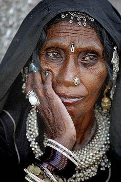 Rajasthan, India  les yeux de cette femme sont tellement triste.  This eye are so sad.