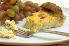 Zwiebelkuchen mit Trauben und Bergkäse