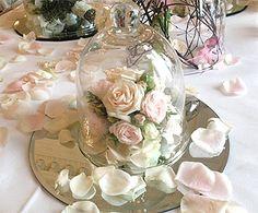 Les cloches en verre sont une des tendances phare de l'année. A disposer en centre de table pour recouvrir une composition florale ou une fausse bougie . Cloche en verre décoration de table
