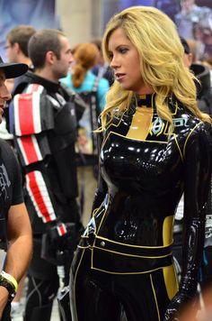 kinkengineering:  demonsee:  Miranda Lawson  Some killer latex cosplay!