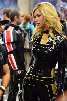 kinkengineering: demonsee: Miranda Lawson Some killer latex cosplay!