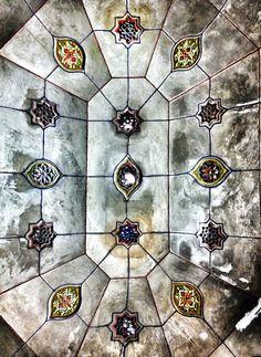 Plafond de nacre - Marrakech.  © Copyright Yves Philippe