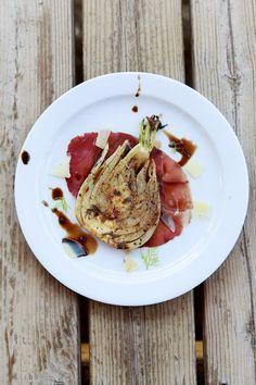 Leckere Vorspeise mit gebratetem Fenchel, hauchdünn aufgeschnittenem Bresaola und würzigem Pecorino.