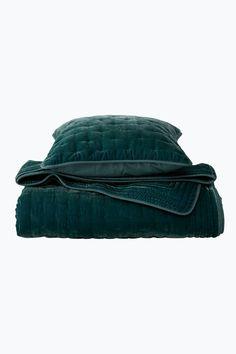 Överkast med framsida i tvättad sammet med quiltat mönster i form av korsstygn…