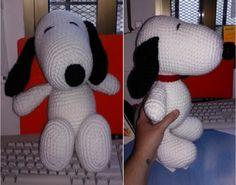 ¡Crea a un simpático Snoopy de crochet! Sigue el patrón de puntos y te resultará muy fácil. Crochet Dolls, Crochet Baby, Free Crochet, Snoopy Amigurumi, Amigurumi Patterns, Crochet Patterns, Mickey E Minie, Patron Crochet, Knitted Animals