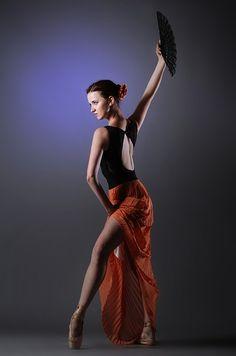 Woman Standing While Wearing Blue Sleeveless Dress · Free Stock Photo Danse Latino, Danse Salsa, Tango, Look Thinner, Salsa Dancing, Ballroom Dancing, Woman Standing, Red Skirts, Look Older