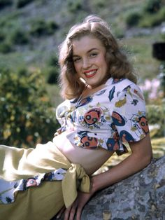 I love this picture of Marilyn Monroe.Au naturel.A contradictory to the photoshopped pictures of this generation.A time when not having a flat tummy is not a sin.