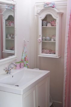 Shabby Chic Pink Paint Styles and Decors to Apply in Your Home – Shabby Chic Home Interiors Cottage Style Decor, Shabby Cottage, Shabby Chic Homes, Shabby Chic Decor, Vintage Home Decor, Rose Cottage, Vintage Style, Pastel Bathroom, Vintage Bathrooms