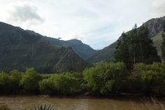 Kuva otettu Perurailin junasta. Urubamba-joki edessä ja korkeuseroja taaempana. Reitti oli ihan henkeäsalpaava paikotellen ja piti vähän väliä nipistää itseään, että tämä on tosiaan totta mitä näkee eikä unta. =)