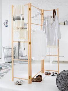 Biombo de madera organizado como perchero o armario