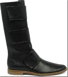 O post de hoje é referente aos calçados que foram apresentados na São Paulo Fashion Week Inverno 2016 no desfile de João Pimenta que é diretor criativo da marca West Coast. Apresentou três modelos de calçados, sendo dois modelos de botas e um modelo de sapato em couro e com fechamento em velcro.