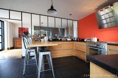 cuisine avec verrière et mur orange