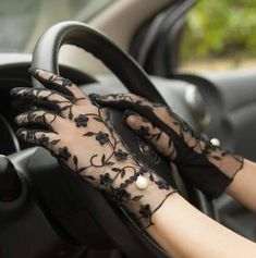 Gloves Fashion, Fashion Accessories, Costume Venitien, Fashion Models, Fashion Outfits, Style Fashion, Fashion Beauty, Wedding Gloves, Driving Gloves