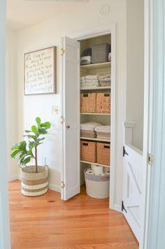 28 Trendy Linen Closet Makeover Diy Home Small Linen Closets, Bathroom Linen Closet, Hallway Closet, Closet Bedroom, Closet Small, Open Closets, Simple Closet, Dream Closets, Master Bathroom