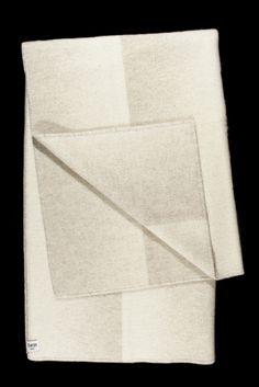Plaid 100% pure laine vierge, fabriqué par Røros Tweed La laine provient de moutons élevés en pleine nature dans les pâturages de la montagne norvégienne et est reconnue pour ses caractéristiques thermiques exceptionnelles 100% Made in Norway Design : Anderssen & Voll Conseil d'entretien : laver à la main à 30° – chlore interdit – séchage en tambour interdit – …