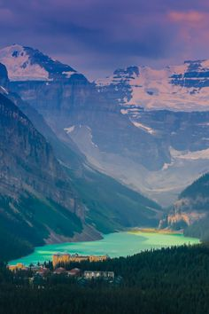Such a gorgeous & scenic area. Lake Louise in Alberta, Canada Lac Louise, Places To Travel, Places To See, Places Around The World, Around The Worlds, Wonderful Places, Beautiful Places, Parcs Canada, Fairmont Chateau Lake Louise