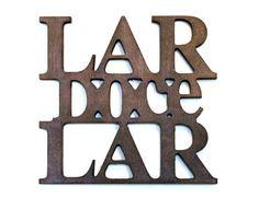 """Lar Doce Lar Vintage. Placa feita em MDF, recortada com a frase """"Lar Doce Lar"""", para você usar na estante, no aparador ou na parede. Um charme para decorar seu ambiente."""