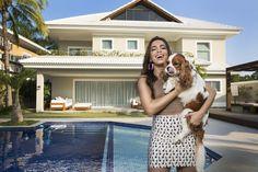 Anitta abre sua nova casa para QUEM