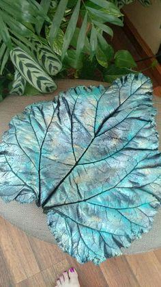 best ideas about Concrete Leaves Painting Cement, Cement Art, Concrete Crafts, Concrete Projects, Clay Projects, Bird Bath Garden, Concrete Garden, Mosaic Garden, Cement Leaf Casting